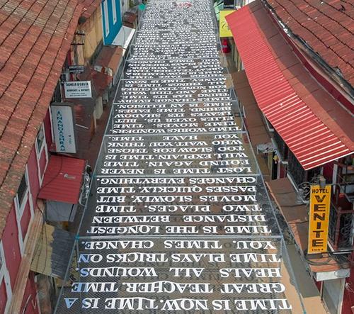 Street artista DAKU navrhl v ulicích Panadží instalaci myšlenek o čase, které jsou viditelné během slunečných dnů