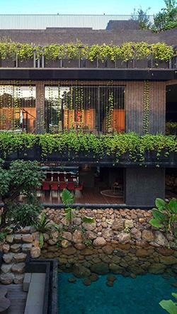 Cornwall Gardens je obrovská vila v Singapuru se stupňovitou střešnou zahradou