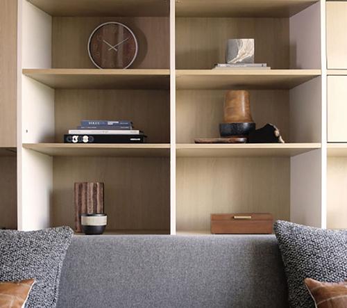 Obytná stěna pro malé byty Ori se mění v postel nebo pracovnu