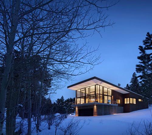 Studio Arch 11 postavilo rodinou rezidenci na betonovém podstavci