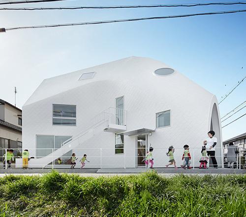 MAD transformovalo dům v Japonsku v multifunkční mateřskou školku