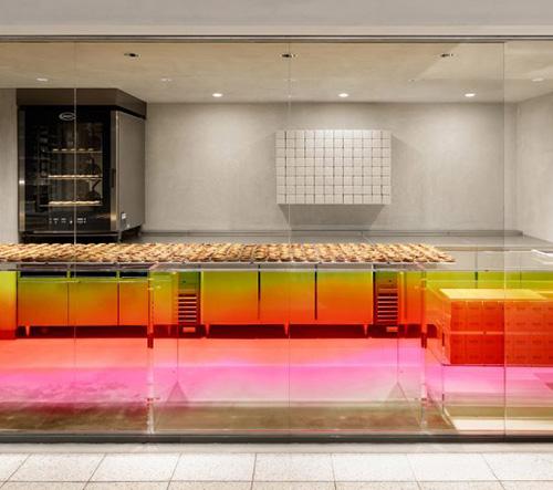 Japonská cukrárna láká své zákazníky interiérem v barvě západu slunce