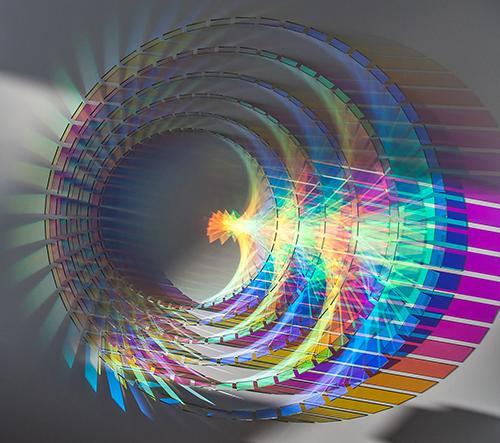 Chris Wood navrhl zářící skleněné instalace, které se aktivují slunečním světlem
