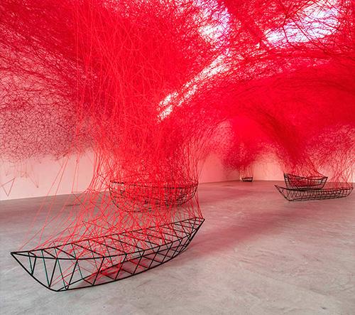 Nová inspirující instalace z červených vláken od Japonky Chiharu Shiota