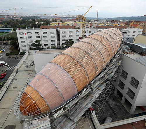 Na střeše centra DOX v Holešovicích vyrůstá obří vzducholoď