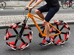 Na festivalu cyklistů v Londýně se ukázalo kolo z bot Shoe Bike