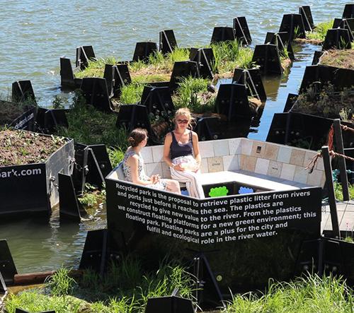 V Rotterdamu otevřeli plovoucí park, který je vyroben výlučně z plastového odpadu z místní řeky