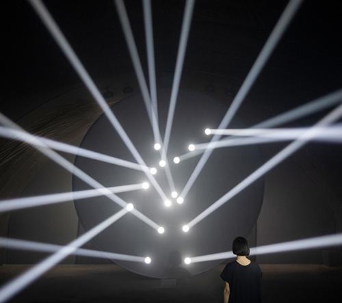 Humanscale navrhlo instalaci interaktivních paprsků světla zkoumajících pohyby lidského těla