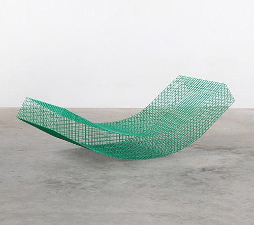 Muller van Severen navrhl drátěné houpací lehátka pro sérii španělské Solo Houses
