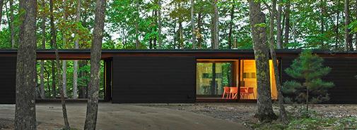 Johnsen Schmaling Architects dokončilo stavbu zčernalé rekreační rodinné usedlosti