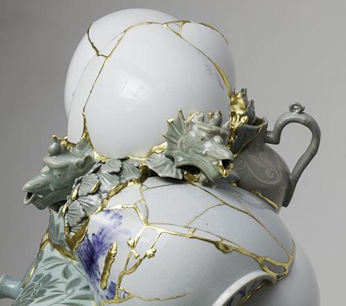 Korejská umělkyně Yeesookyung vytváří slepováním rozbitého porcelánu zlatem zdeformované umělecké objekty