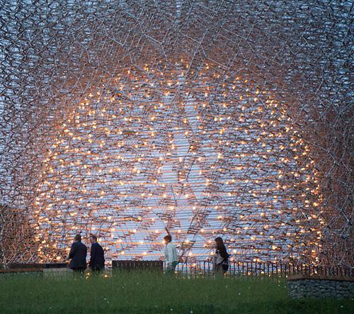 Londýnské Kew Gardens oživly díky obrovské soše inspirované životem včel