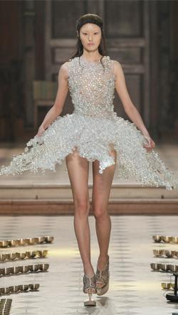 Skleněné šaty v podzimní haute-couture kolekci Iris van Herpen