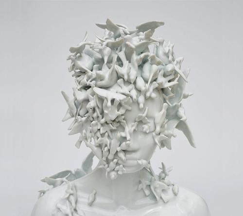 Porcelánové bysty výtvarnice Julie Clovis stírají hranici mezi člověkem a přírodou