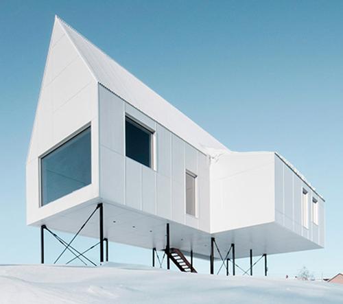 Delordinaire postavili minimalistický dům na sloupy
