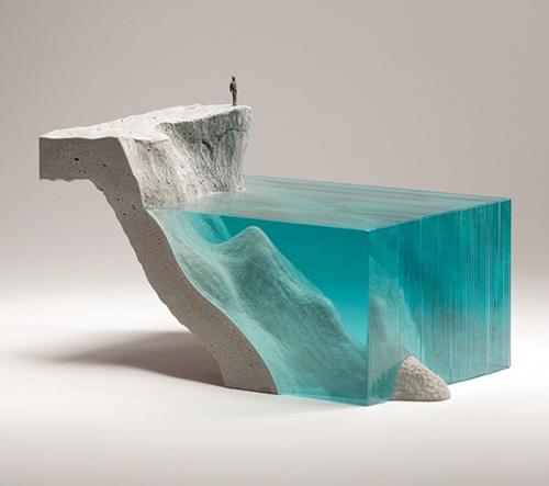 Ben Young vytváří vrstvené skleněné objekty zachytávající duši oceánu