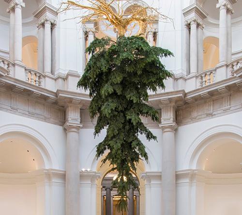 Tate Britain letos zdobí vánoční strom zavěšený nohama vzhůru