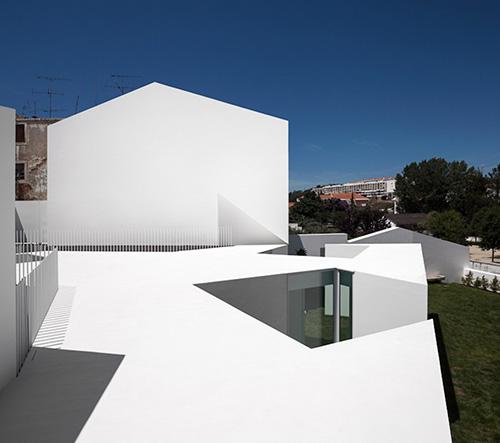 Studio Aires Mateus zrekonstruovalo starý dům v portugalském Alcobaça v minimalistický bílý skvost
