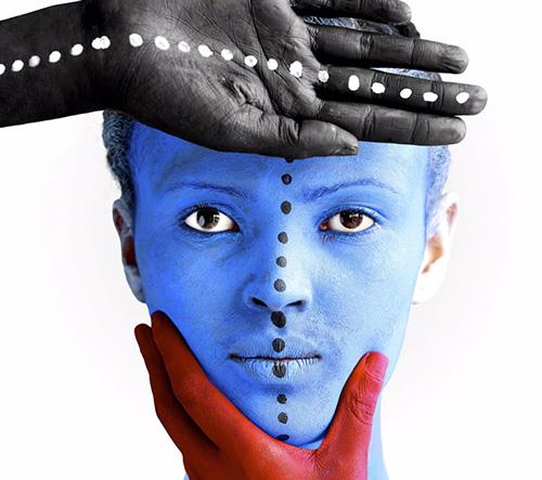 Etiopská umělkyně Aida Muluneh se ve svých surreálních portrétech inspiruje tradičním africkým body artem