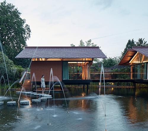 Studio Hamish & Lyons přestavělo staré záplavové přístavby v Anglii na rodinné bydlení nad jezerem