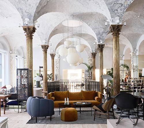 Studio Aarstiderne Arkitekter transformovalo starou banku v úžasný showroom dánské značky Paustian