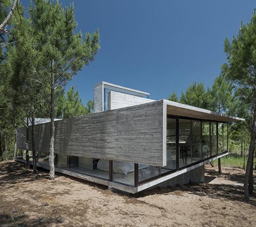 Casa L4 je moderní vila v Argentině, která se pyšní střešním bazénem s výhledem na oceán