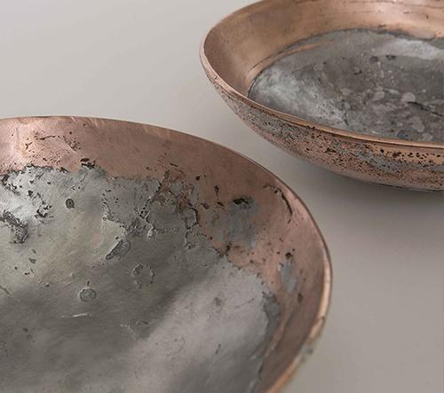Smíšené kovové mísy, které byly vyrobeny starým uměním pískování