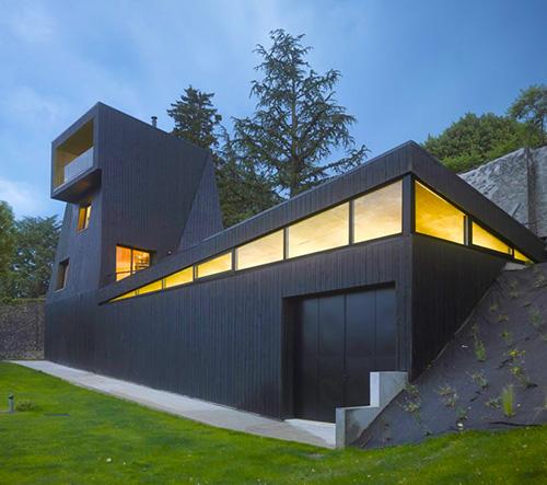 Studio Odile Decq navrhlo poblíž francouzského Grenoble černou vilu Saint-Ange Residency