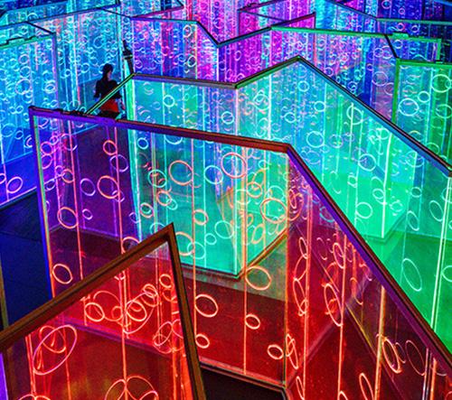 Pestrobarevný labyrint z dílny studia Brut Deluxe rozzářil festival umění v Číně