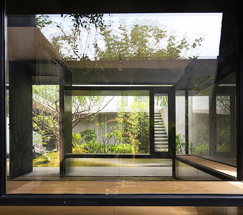 Atelier Deshaus navrhl pro zahradu v Šanghaji minimalistický čajový domek ze skla a kovu