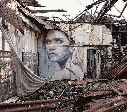 Austrálský street art umělec Rone zdobí opuštěné budovy malbami