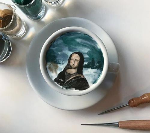 Japonský nadšenec latte artu dokáže v šálku kávy vytvářet hotová umělecká díla