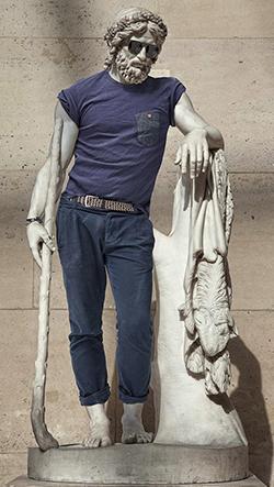 Fotograf Léo Caillard oblékl klasické umělecké sochy do moderních městských outfitů