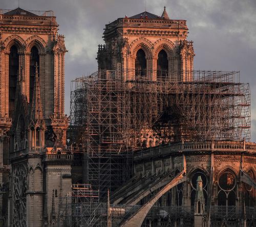 Francie zahájí soutěž na návrh nové věže pro vyhořelou katedrálu Notre-Dame
