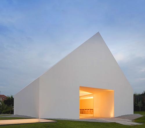 Manuel Aires Mateus navrhl v portugalské Leirii minimalistický bílý dům