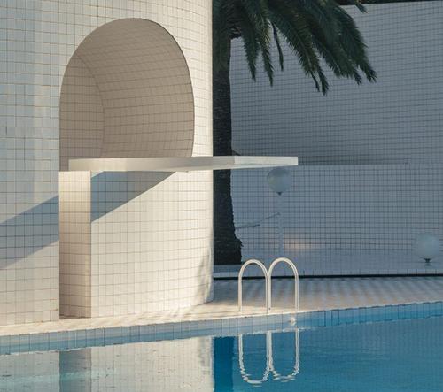 Ve Francii navrhli úchvatný geometrický bazén ve vyvýšeném terénu