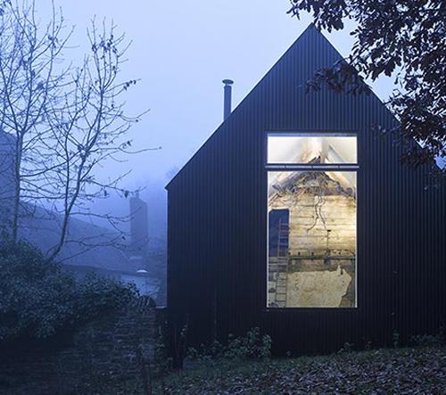 V Anglii dostavěli zchátralý dům v moderním stylu