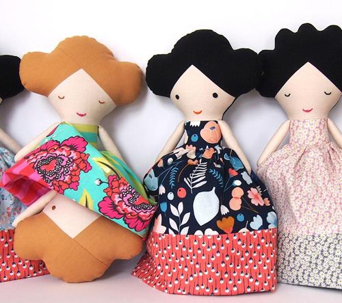 Lollipop ručně šije látkové panenky i postavičky malých umělců
