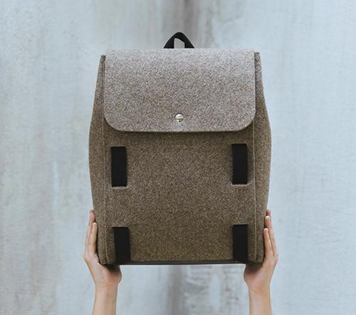 Lasso je plstěný batoh vyrobený z lokálních surovin
