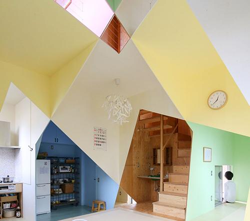 Studio Kochi Architect ve svém návrhu představuje výraznou hru s barvami